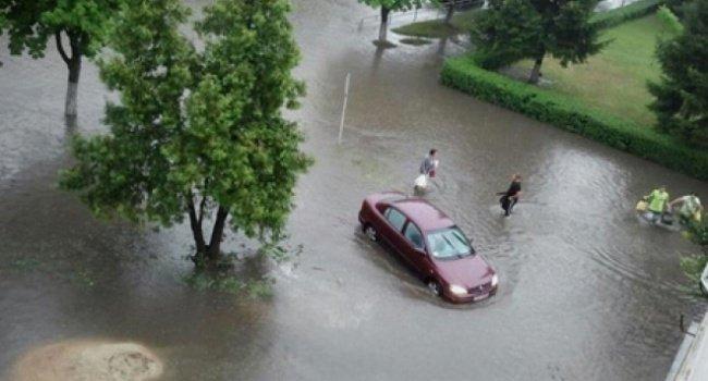 ураган у луцькуУ Луцьку пронісся ураган - місто затопило і засипало градом.  Про це йдеться в сюжеті ТСН.  Потужний ураган у Луцьку викорчував дерева з корінням. Одне з них впало на припаркований у дворі автомобіль. Все сталося напередодні ввечері.  Негода вирувала всього півгодини. Дороги затопило, і це призвело до транспортного колапсу.  Раніше Вісті.pro повідомляли, що в Одеській області над морем пронісся смерч.