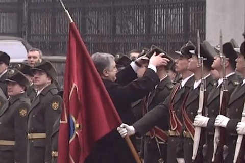 порошенко підняв шапку солдата почесної варти