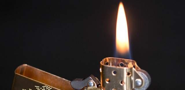 запальничка горить