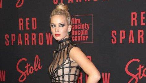 Дженнифер Лоуренс не удержала грудь в платье на красной дорожке