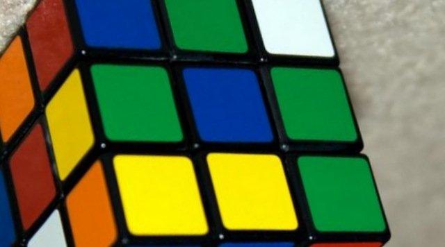 робот збирає кубік рубіка
